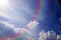Blauwe hemel en kleurrijke regenboog. Royalty-vrije Stock Afbeeldingen