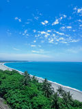 Blauwe hemel en Kustlijn en strand stock afbeelding