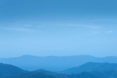 Blauwe hemel en laag heuvels Stock Afbeelding