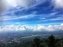 Blauwe hemel en landelijk van bergmening stock foto's