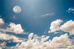 Blauwe hemel en maan Stock Foto