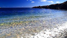 Blauwe hemel en oceaangolven stock footage