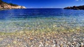 Blauwe hemel en oceaangolven stock video