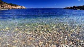Blauwe hemel en oceaangolven stock videobeelden