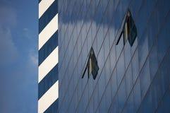 Blauwe hemel en open vensters royalty-vrije stock foto's
