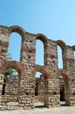Blauwe hemel en oude ruïnes in Nessebar Stock Foto's