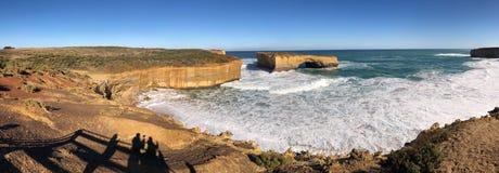 Blauwe hemel en overzees, bruine stevige rotsachtige kust royalty-vrije stock afbeelding