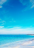 Blauwe hemel en overzees in Stintino royalty-vrije stock foto