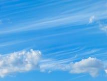 Blauwe hemel en pluizige wolken Royalty-vrije Stock Afbeeldingen
