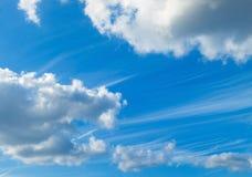Blauwe hemel en pluizige wolken Stock Afbeeldingen
