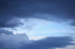 Blauwe hemel en raincloud donkere mooi Stock Foto's