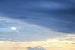 Blauwe hemel en raincloud donkere mooi Stock Fotografie