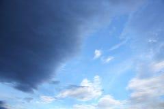Blauwe hemel en raincloud mooi voor achtergrond Stock Foto's