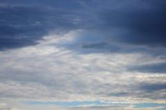 Blauwe hemel en raincloud mooi voor achtergrond Stock Afbeeldingen