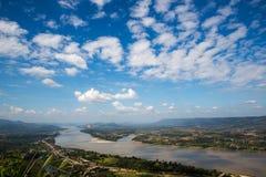 Blauwe hemel en rivier vanuit gezichtspunt Stock Afbeelding