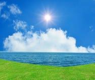 Blauwe hemel en rustige overzees. Stock Afbeelding