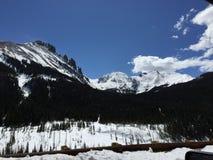 Blauwe hemel en sneeuw afgedekte bergen 4 stock afbeeldingen