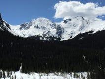 Blauwe hemel en sneeuw afgedekte bergen 3 royalty-vrije stock afbeeldingen