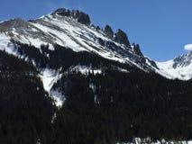 Blauwe hemel en sneeuw afgedekte bergen 6 stock afbeelding