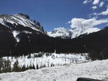 Blauwe hemel en sneeuw afgedekte bergen 5 stock fotografie