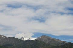Blauwe hemel en snow-capped bergen Royalty-vrije Stock Foto's