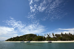 Blauwe hemel en tropisch strand (Koh belde, Phuket, Thailand) Stock Afbeelding