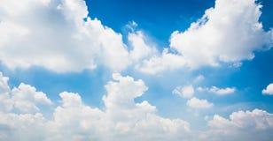 Blauwe hemel en uiterst kleine wolken Royalty-vrije Stock Afbeelding
