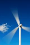 Blauwe hemel en windturbine stock afbeeldingen