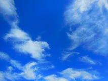 Blauwe hemel en wispy wolken Stock Foto's