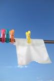Blauwe hemel en witte handdoek Stock Afbeelding