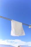 Blauwe hemel en witte handdoek Royalty-vrije Stock Afbeeldingen