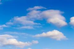 Blauwe hemel en witte pluizige wolken Stock Afbeeldingen