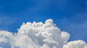Blauwe hemel en witte wolk Royalty-vrije Stock Foto's