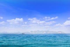 Blauwe hemel en witte wolk boven het oceaan en lange eiland Stock Afbeeldingen