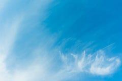 blauwe hemel en witte wolk op dagtijd Royalty-vrije Stock Foto's