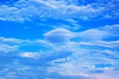 Blauwe hemel en witte wolken 171019 0246 Stock Afbeeldingen