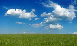 Blauwe hemel en witte wolken Stock Foto