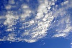Blauwe hemel en witte wolken Stock Afbeeldingen