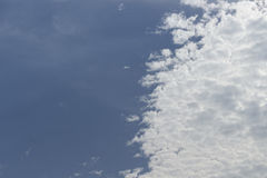Blauwe hemel en witte wolken royalty-vrije stock afbeeldingen