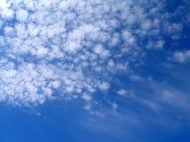 Blauwe hemel en witte wolken - achtergrond Stock Afbeeldingen