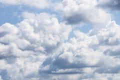 Blauwe hemel en witte wolken Bewolkte hemelachtergrond Stock Afbeeldingen