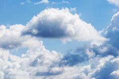 Blauwe hemel en witte wolken Bewolkte hemelachtergrond Royalty-vrije Stock Foto