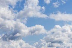 Blauwe hemel en witte wolken Bewolkte hemelachtergrond Royalty-vrije Stock Afbeelding