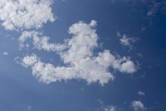 Blauwe Hemel en witte wolken blackgroup Stock Foto