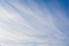 Blauwe hemel en witte wolkenachtergrond Stock Afbeeldingen