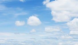 Blauwe hemel en wolk Stock Foto