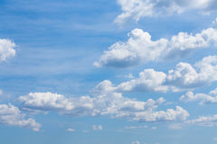 Blauwe hemel en wolk Stock Foto's