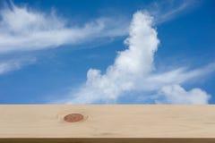 Blauwe hemel en wolk met lege houten Stock Foto