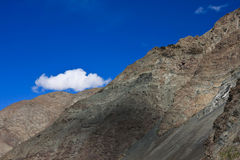 Blauwe hemel en wolk met rots in Himalayagebergte, Ladakh, India Royalty-vrije Stock Fotografie