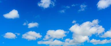 Blauwe hemel en wolk op kleurrijke dag in de zomer stock foto